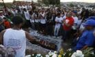 RI Rio de Janeiro (RJ) 19/07/2018 O jovem Ryan Teixeira do Nascimento, de 16 anos, morto por PM porque fazia barulho é enterrado no Cemitério de Ricardo de Albuquerque, na Zona Norte do Rio. Foto Domingos Peixoto / Agência O Globo Foto: Domingos Peixoto / O GLOBO