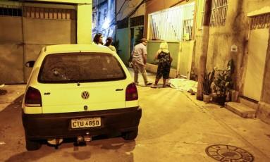O carro da vítima com a marca do tiro Foto: Uanderson Fernandes / Agência O Globo