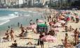 Areias voltaram a ser frequentadas Foto: Brenno Carvalho / Agência O Globo