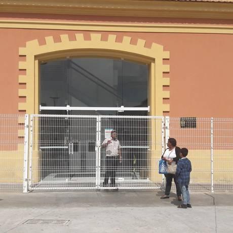 Dulcineia e o filho, Lucas, encontraram unidade fechada no Engenhão Foto: Pedro Zuazo