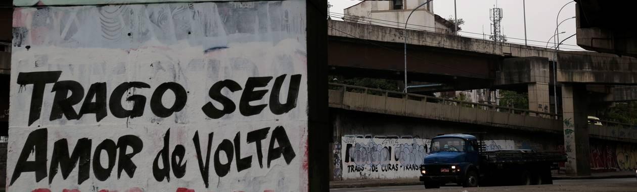 Caminhão passa pela avenida que recebe por dia 250 mil veículos Foto: Custódio Coimbra / Agência O Globo