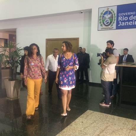 A diretora da Anistia Internacional Brasil, Jurema Werneck, e a irmã de Marielle (à direita), no Centro Integrado de Comando e Controle (CICC) Foto: Dayana Resende