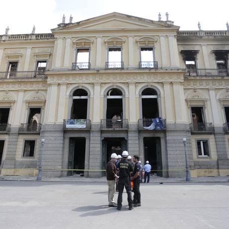 Técnicos da Policia Federal examinam o interior do prédio do Museu Nacional que ficou destruído com o incêndio Foto: Marcio Alves / Agência O Globo