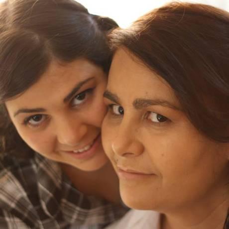 Isabel Cristina (à direita) com a filha mais velha, Carine Foto: Reprodução