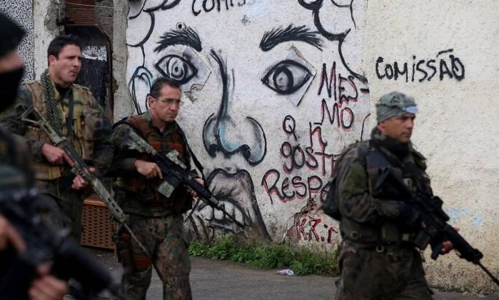 Intervenção. Forças de segurança fazem operação em comunidades da Zona Oeste Foto: Fabiano Rocha / Agência O Globo