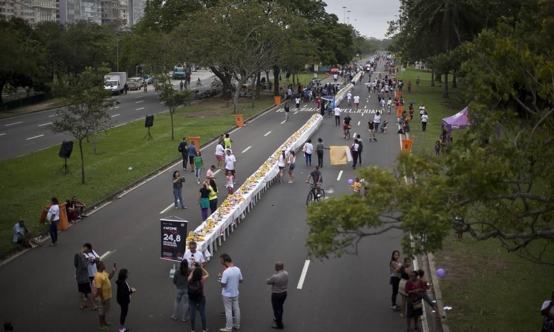 Mesa de 1km convida a população a participar da campanha Foto: Márcia Foletto / Agência O Globo
