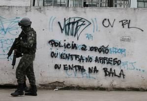 Militares fazem operação no Complexo do Salgueiro, em São Gonçalo Foto: fabiano rocha / Agência O Globo