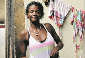 Um ano depois de apertar a mão do prefeito, Maria Zenita Ferreira da Silva continua morando no mesmo lugar Foto: Gabriel de Paiva/ Agência O Globo