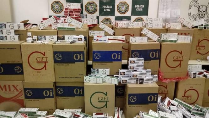 Cigarros falsos e contrabandeados eram vendidos na Pavuna Foto: Divulgação