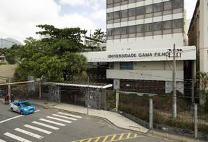 Insegurança. Policiais patrulham a frente da universidade: prédios têm apenas dois vigias Foto: Leo Martins / Agência O Globo