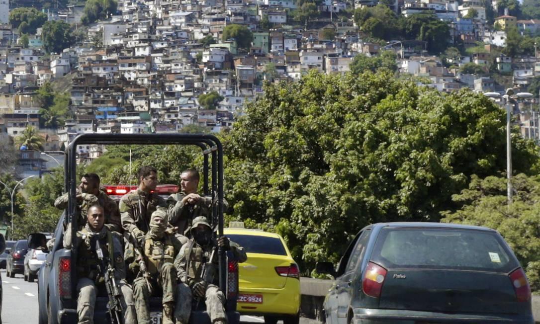 Patrulhamento do Bope no viaduto 31 de março Foto: Antonio Scorza / Agência O Globo