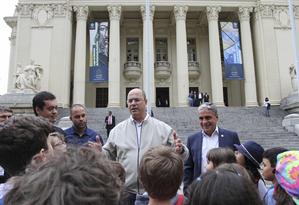 O governador eleito conversa com crianças ao sair da Alerj Foto: Divulgação / Alerj