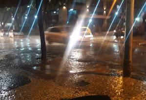 Cruzamento das ruas Cinco de Julho e Otávio Kelly, em Icaraí, Niterói, alagado Foto: Divulgação / Neuza Resende