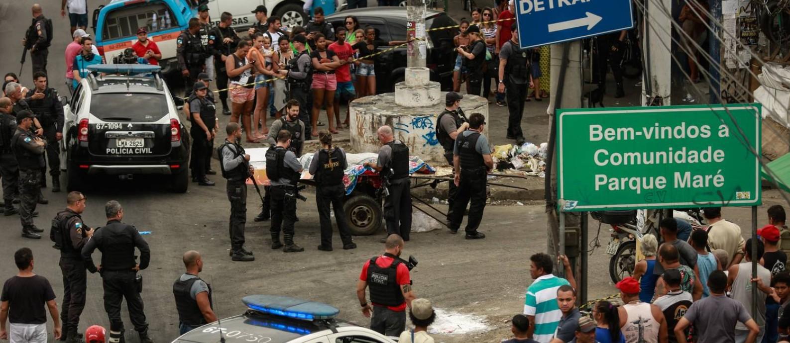 Corpo de mulher na entrada da Maré Foto: Brenno Carvalho / Agência O Globo