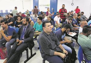 Dezenas de pessoas aguardam, em vão, a emissão de documentos na sede do Detran, no Centro Foto: Guilherme Pinto