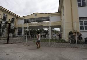 No Colégio Luiz Carlos da Vila, em Manguinhos, piscina e quadra estão fechados: espaços foram isolados após invasão por usuários de drogas Foto: Custódio Coimbra / Agência O Globo