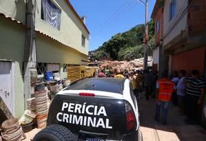 Policiais civis e técnicos fizeram perícia no local do deslizamento Foto: Fabiano Rocha / Fabiano Rocha