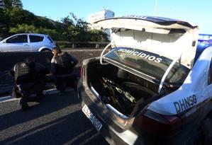 Agentes da Delegacia de Homicídios de Niterói e São Gonçalo durante perícia na Ponte Rio-Niterói Foto: Fabiano Rocha / Agência O Globo