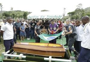 Enterro do soldado PM Diogo Gama Aves Motta, em Sulacap Foto: Antonio Scorza / Agência O Globo