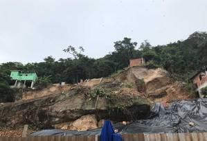 Morro da Boa Esperança, em Niterói: oito casas foram destruídas por causa do deslizamento de uma rocha Foto: Gilberto Porcidonio