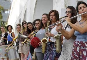 Parte das integrantes do grupo Bloka na Lapa: carnaval de rua do Rio popularizou instrumentos Foto: Domingos Peixoto / Agência O Globo