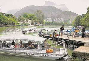Passageiros usam uma pequena embarcação para chegar ao metrô do Jardim Oceânico Foto: Marcia Foletto / Agência O Globo