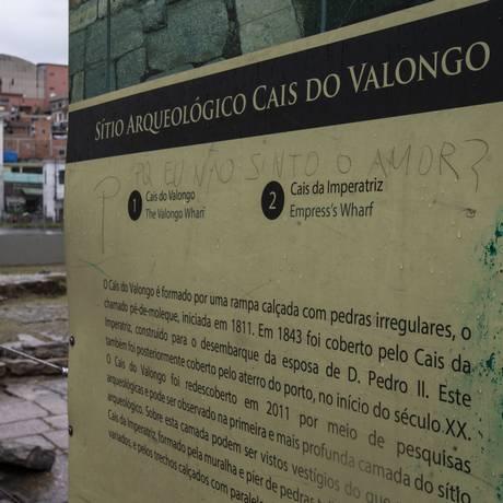Sinais de descuido. No Cais do Valongo, placa pichada e pedras soltas Foto: Alexandre Cassiano / Agência O Globo