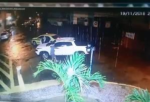 Bandidos roubaram carro na Rua Presidente Carlos de Campos, em Laranjeiras Foto: Reprodução