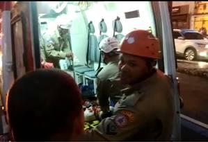 Ambulante baleado em Vila Isabel, Zona Norte do Rio, é atendido pela equipe do Corpo de Bombeiros Foto: Berg Silva