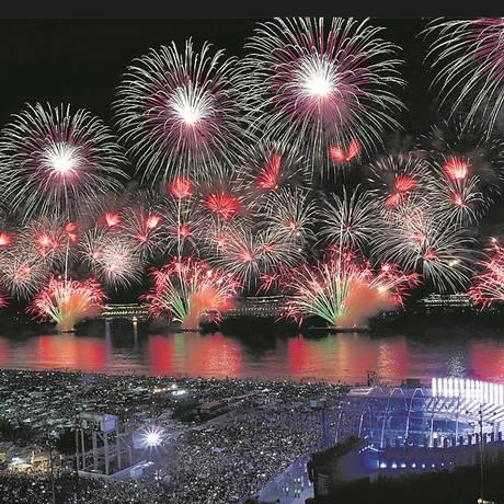 A festa da virada de 2018 em Copacabana: no último réveillon, foram 17 minutos de queima de fogos Foto: Márcio Alves / Agência O Globo