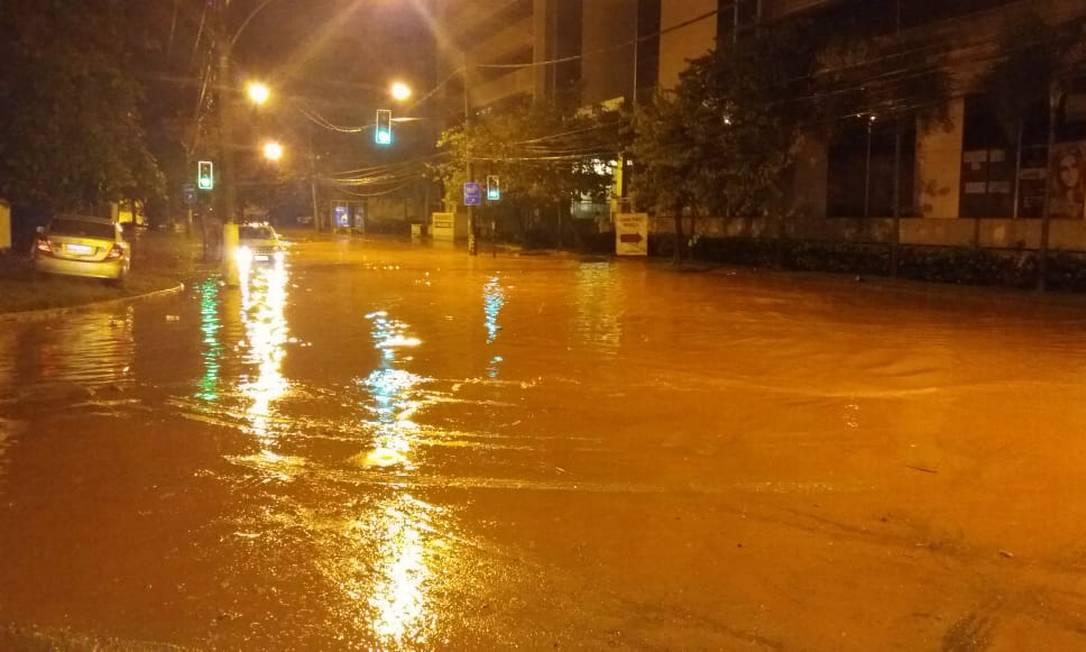 Vias no entorno do 18º BPM, em Jacarepaguá, ficaram alagadas Foto: Divulgação