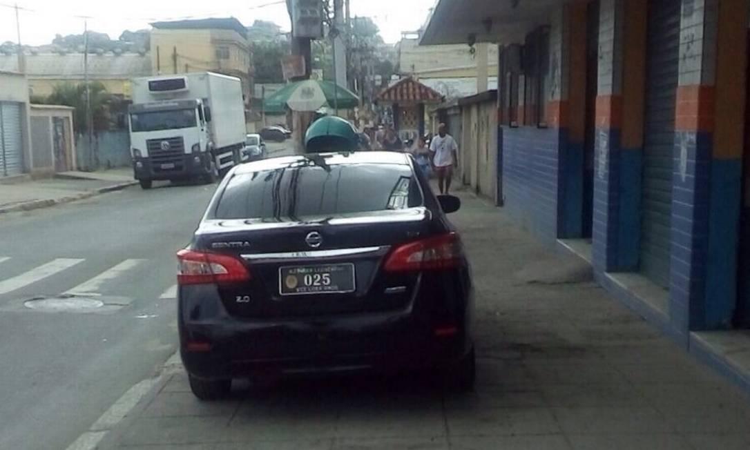 Em 2015, carro oficial da Alerj foi flagrado estacionado em cima de calçada na Baixada Fluminense Foto: Reprodução