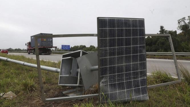 Medo. Poste com placa de energia solar derrubado para roubo de bateria: insegurança preocupa Foto: Custódio Coimbra