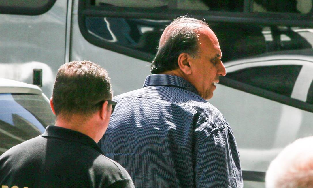 O governador Luiz Fernando Pezão ao ser preso, nesta quinta-feira Foto: Marcelo Regua / Agência O Globo