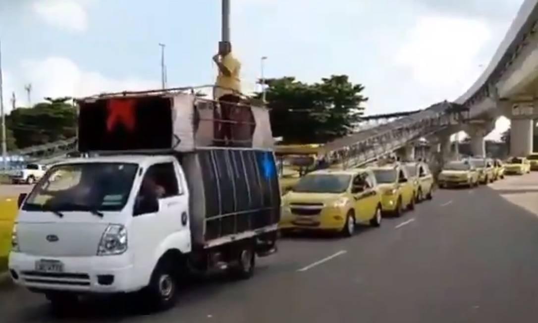 A carreata de taxistas passa pela Linha Vermelha Foto: Reprodução