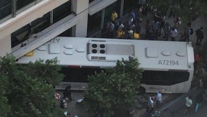 Ônibus invade calçada e e bate contra agência bancária na Avenida Rio Branco, no Centro do Rio Foto: Reprodução