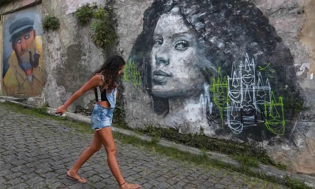 Grafites 'observam' quem passa pelas ruas da comunidade Foto: Marcelo Regua / Agência O Globo