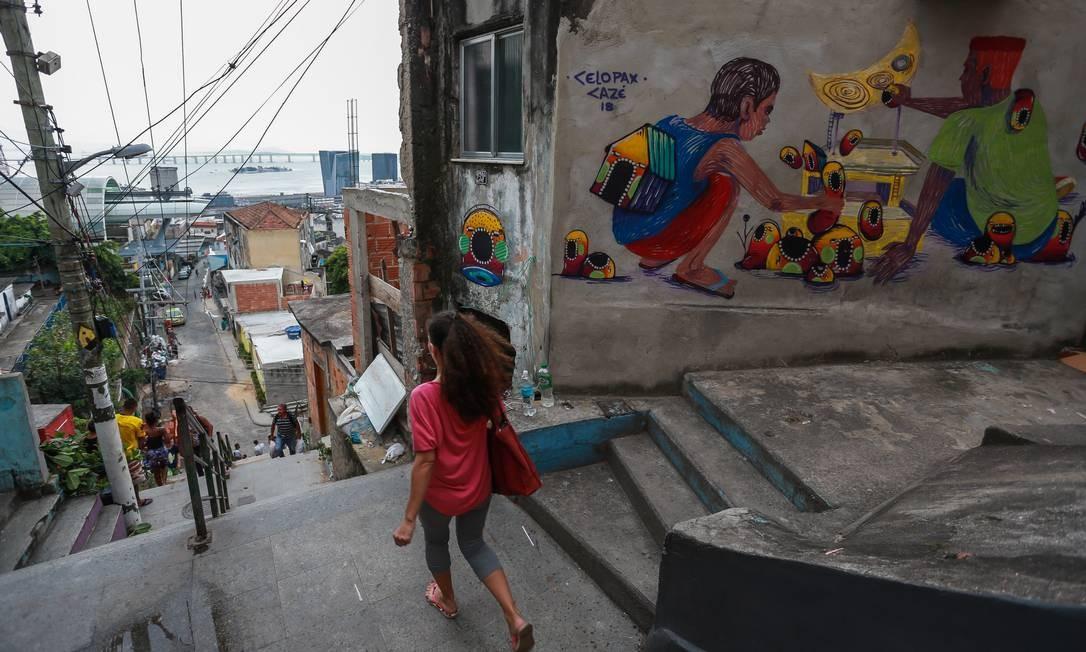 Artistas colorem as ruas do Morro da Providência Foto: Marcelo Regua / Agência O Globo