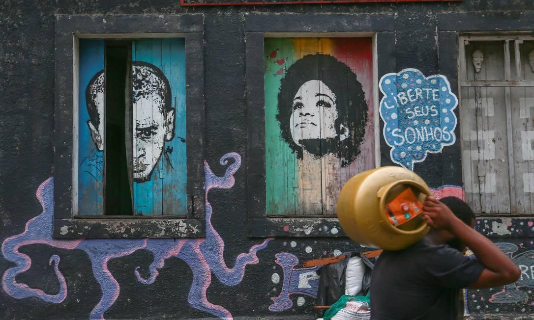 Muros são inspiradores no Morro, que fica na Região Central do Rio Foto: Marcelo Regua / Agência O Globo