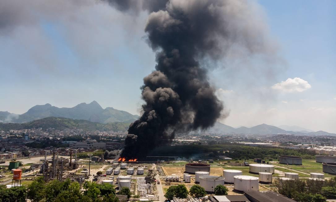 Incêndio atinge Refinaria de Manguinhos Foto: Brenno Carvalho / Agência O Globo