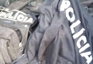 Uniformes da PM foram apreendidos com os milicianos presos durante Operação Foto: Divulgação - PCERJ
