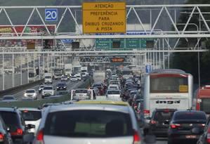 Trânsito na Ponte fica complicado em feriados Foto: Marcelo Theobald / Agência O Globo