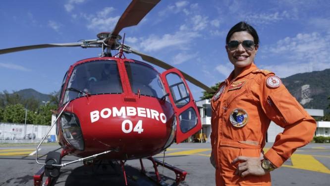 A major Rachel Lopes é a primeira mulher a pilotar um helicóptero do Corpo de Bombeiros Foto: Gabriel de Paiva / Agência O Globo
