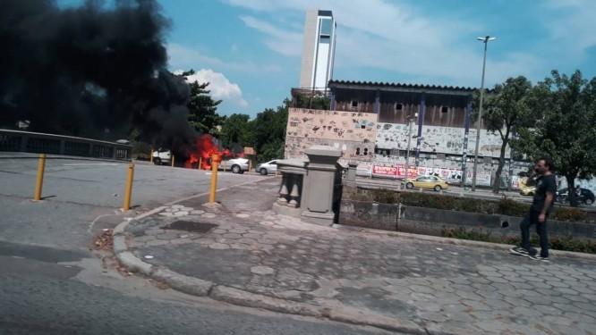 Carro em chamas na Avenida Francisco Bicalho, no Centro Foto: Carla Felicia