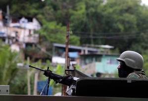 O Comando Conjunto e a Polícia Militar realizaram operação no São Carlos Foto: Fabiano Rocha / Agência O Globo