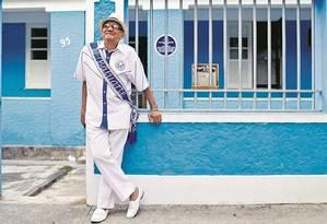 Waldomiro Meirelles, o Seu Mirinho, de 89 anos, diante de sua casa que tem as cores da Portela Foto: Agência O Globo / Marcelo Theobald