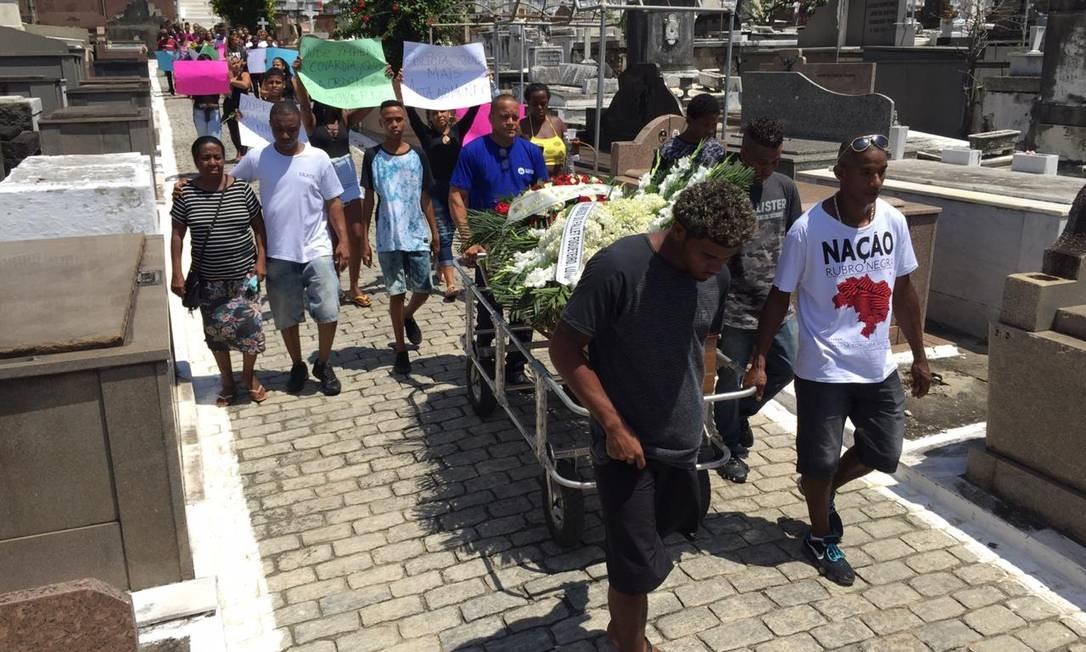 Velórios acontecem no Cemitério São João Batista Foto: Thiago Freitas