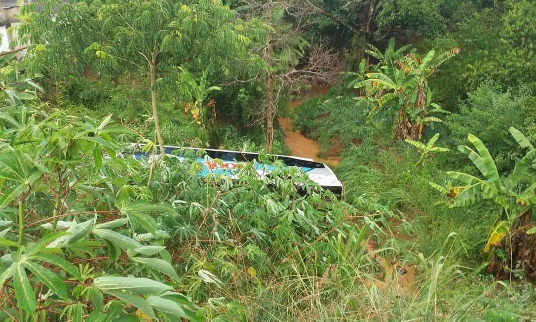 Ônibus caiu em ribanceira Foto: Divulgação/Adilson Ribeiro
