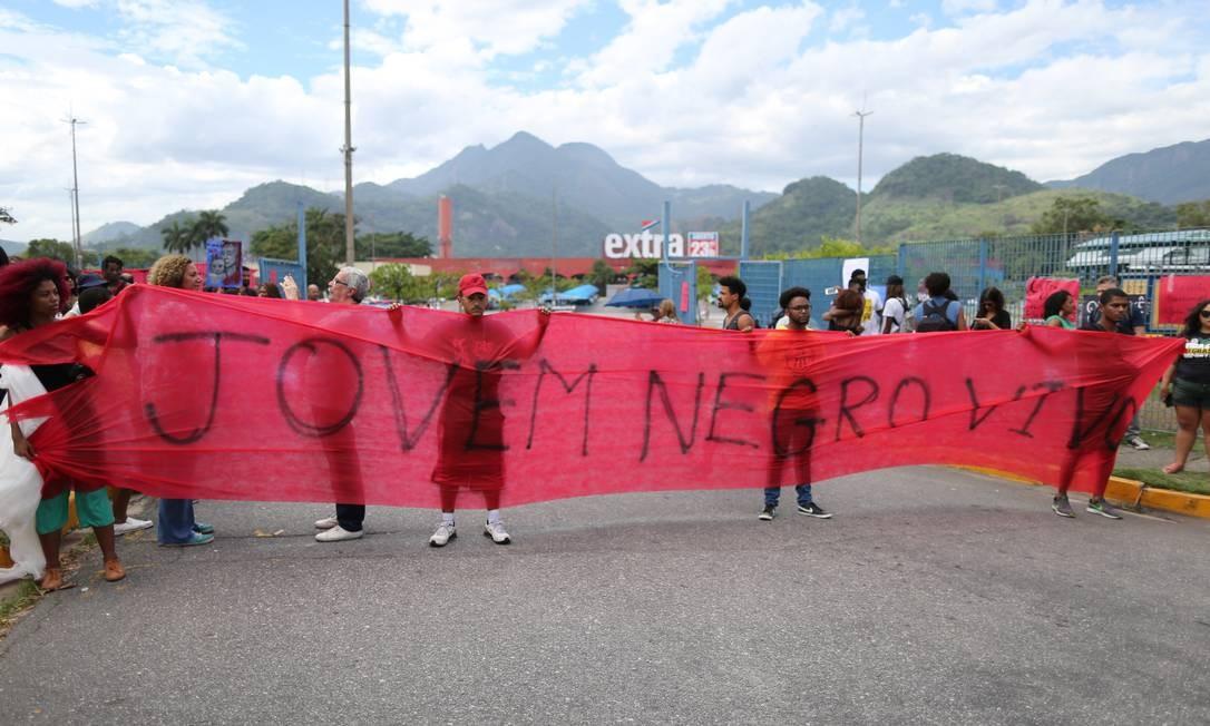 Manifestantes em frente ao supermercado Extra, na Barra Foto: Marcia Foletto/Agência O Globo