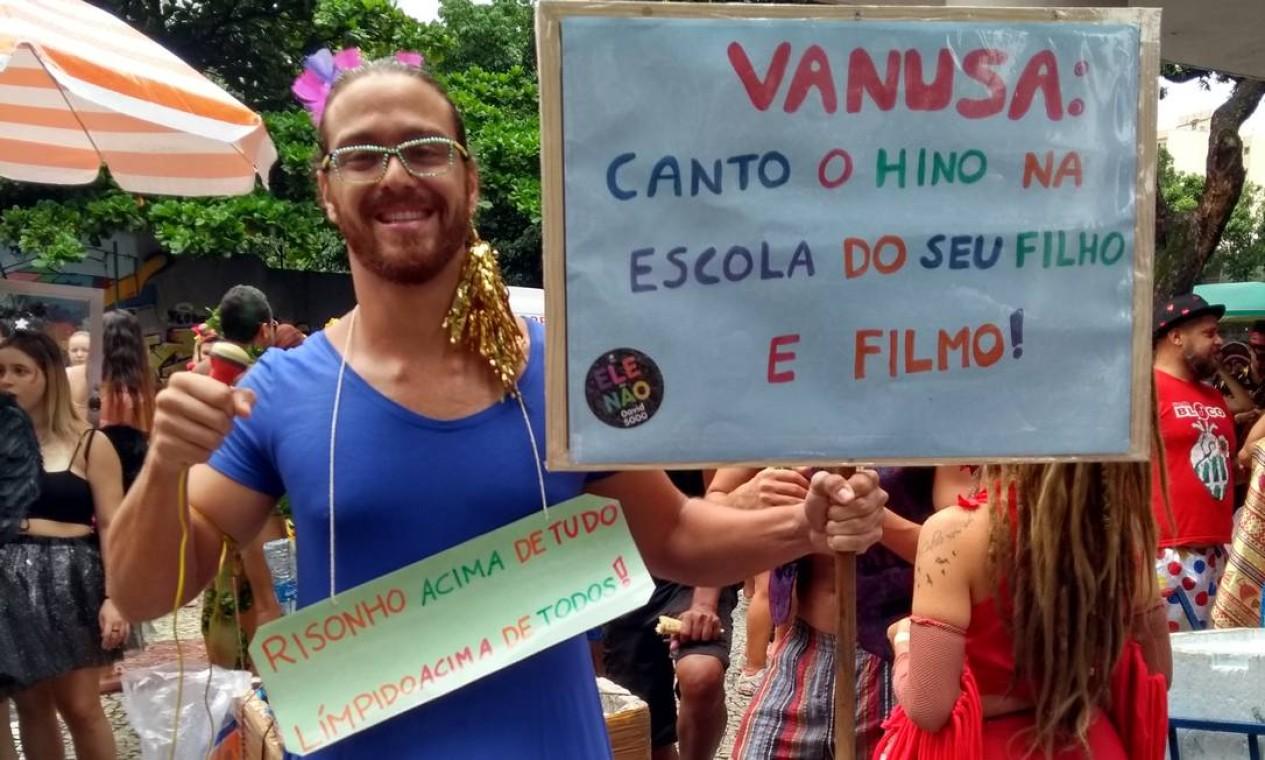 João Gabriel se fantasiou de Vanusa, fazendo alusão ao episódio que envolveu a cantora e à recente recomendação do Ministro da Educação sobre hinos nas escolas Foto: Naise Domingues